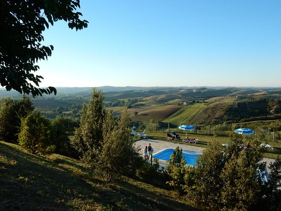 Montecarotto, إيطاليا: La piscina tra le colline