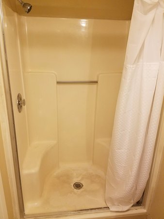 Boardwalk Hotel Charlee & Apartments: Sketchy shower, curtain just jammed onto what used to be a shower door frame