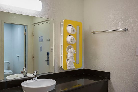 Motel 6 Wenatchee: Bathroom