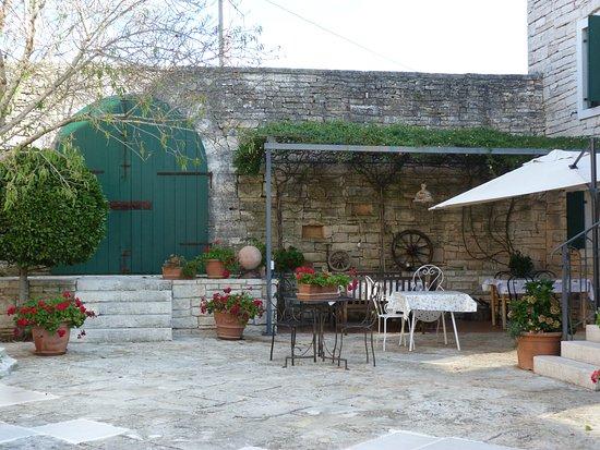 Zminj, Chorwacja: Die schöne Terasse neben dem Haupthaus