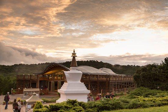Saint-Leon-sur-Vezere, Γαλλία: L'institut et le stoupa de Dhagpo Kagyu Ling