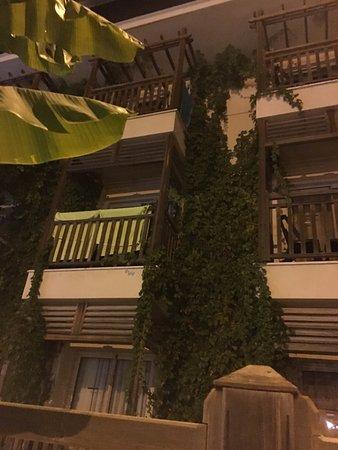 Can Garden Resort: Een van de kamers met balkon met uitzicht op zwembad. De groene strandlakens kun je huren.