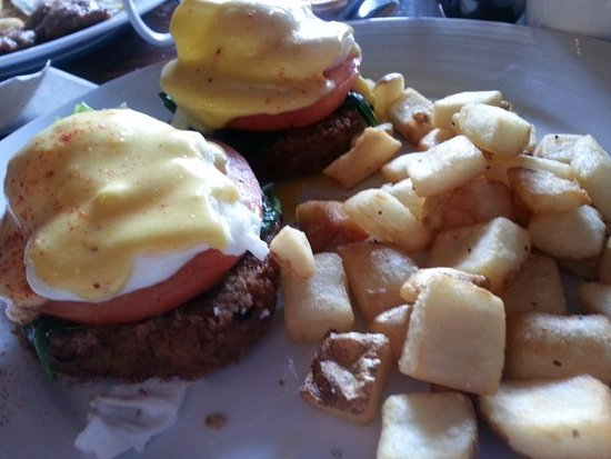 Corrales, New Mexiko: crab cake eggs benedict (with added tomato & spinach)