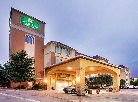 La Quinta Inn & Suites San Antonio Fiesta: Exterior