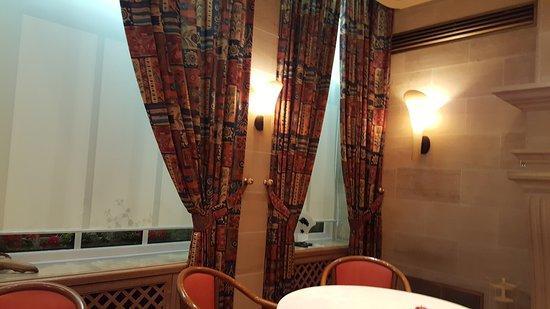 de klassieke gordijnen - Picture of Les Berceaux, Epernay - TripAdvisor