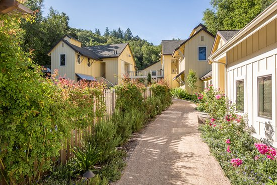 Forestville, CA: Pathway leading from the spa to the Deluxe and Luxury rooms
