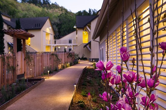 Forestville, CA: Evening at Farmhouse: Outside the spa