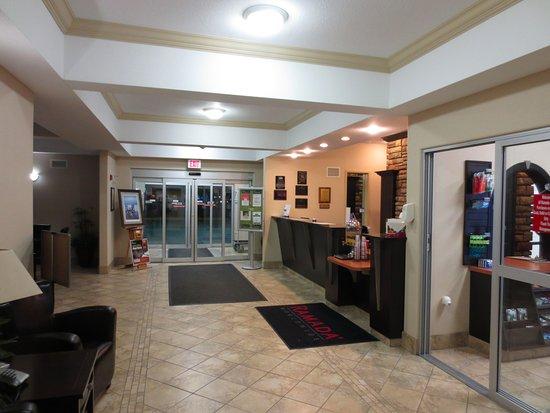 Пинчер-Крик, Канада: front desk