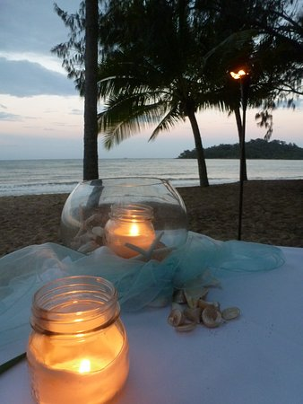 Kewarra Beach, Australia: Romantic Dinner on the beach at sunset
