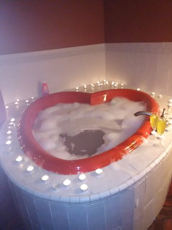 Wingfield Inn & Suites: Gorgeous Hot Tub / Jacuzzi - We added the Candles