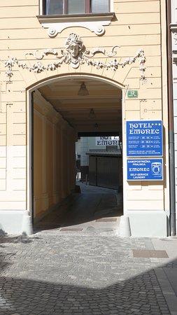 Hotel Emonec: L'ingresso della struttura alberghiera