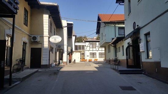 Hotel Emonec: Vista sul piazzale interno