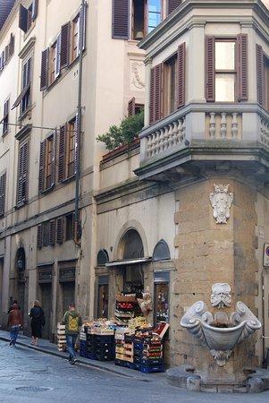 Oltrarno: BOrgo San Jacopo - negozio e fontana