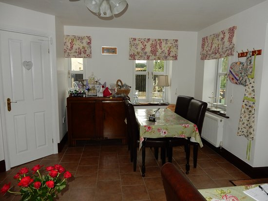 Middle Holly Cottage: coffee room at the front of the establishment