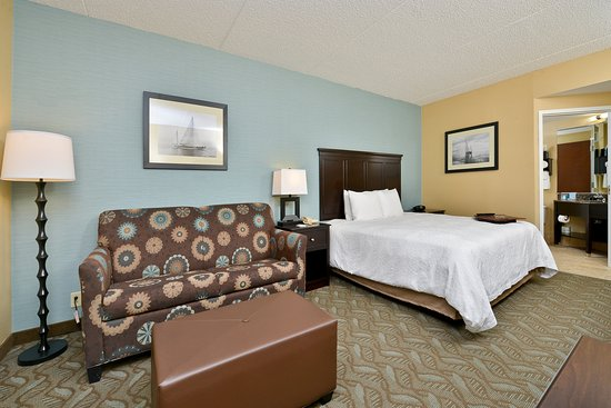 Hampton Inn Saco / Biddeford: King Room with Sleeper Sofa
