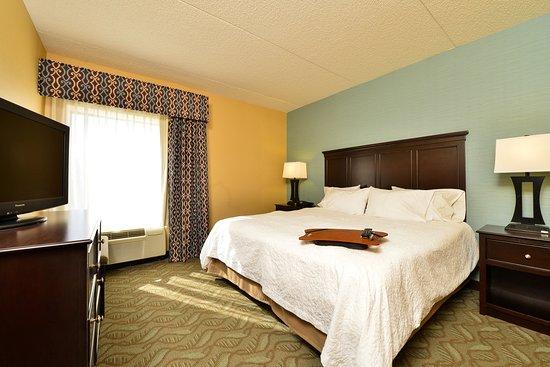 Hampton Inn Saco / Biddeford: King Suite Bedroom