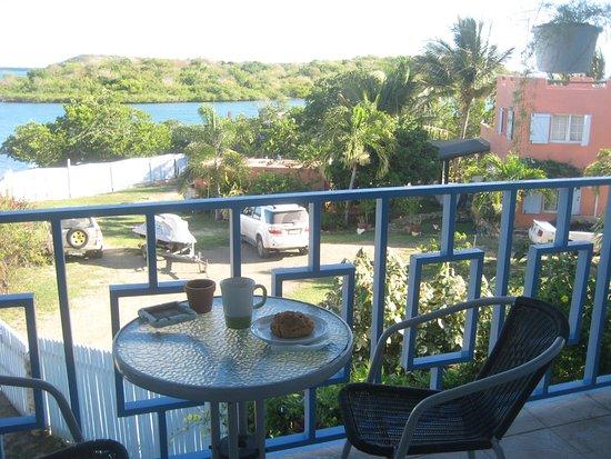 Ellen Bay Cottages: breakfast on the balcony
