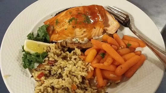 Ellsworth, Мэн: salmon on cedar plank with rice and carrots