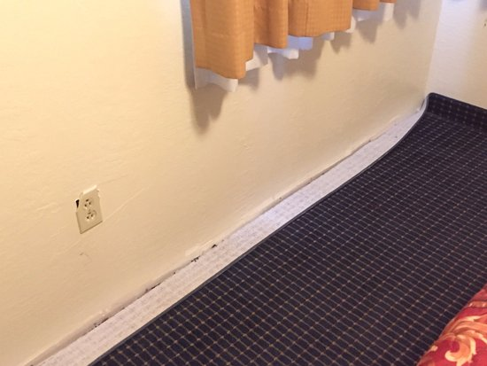 Oakdale, CA: Bad carpet and outlet.