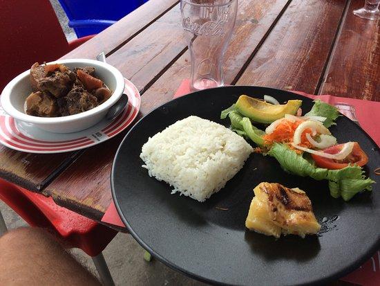 Capesterre, جوادلوب: Ragoût de porc maison et poison frais grillé du jour, un délice !!