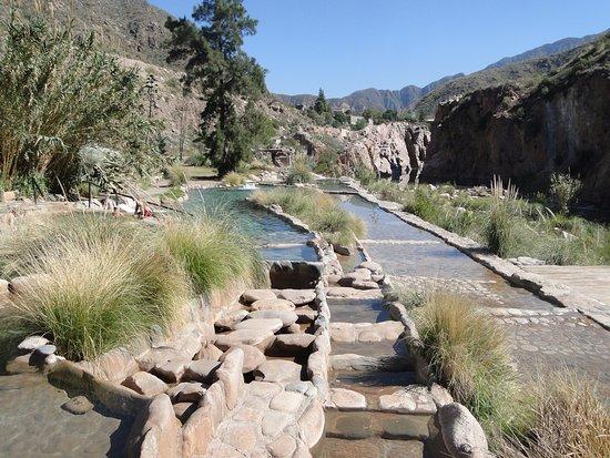 Termas Cacheuta - Terma Spa Full Day: Distintas piscinas que estan entre el rio mendoza y la montaña
