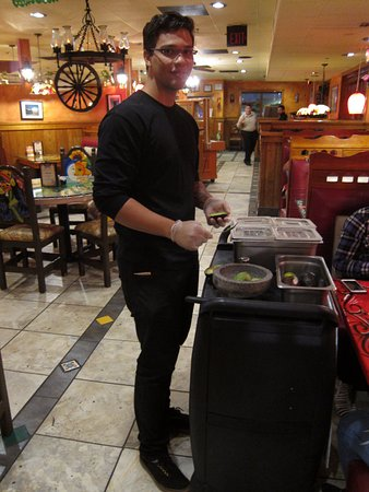El Rodeo Mexican Restaurant: Waiter preparing guacamole at table
