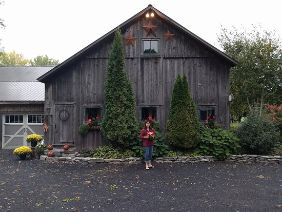 Ferry Watch Inn : The barn on the property where weddings are held