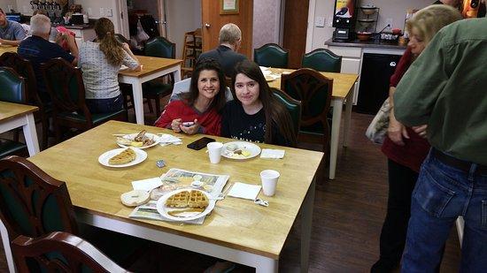 Fireside Inn & Suites at Lake Winnipesaukee: Superb breakfast buffet in the morning! Open until 10 AM.