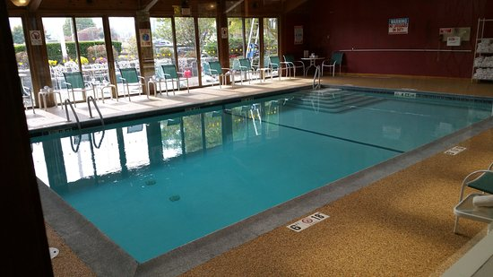 Fireside Inn & Suites at Lake Winnipesaukee: Loved the indoor heated pool! They also have a hot tub off to the side of the pool.