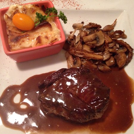 Villeneuve-sous-Dammartin, France: 29 Euro Tasting Menu: Salmon starter, Escargot and potatoe, Beef, ice cream