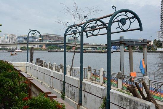 Navalai River Resort: standplaats voor de boot vlak aan het hotel