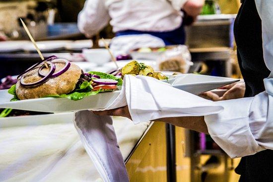 Hedmark, Νορβηγία: Våre flinke servitører serverer deg nydelig mat