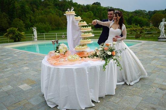 Cuvio, إيطاليا: Il taglio della torta vicino la piscina