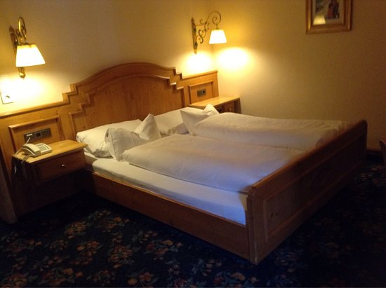 Alpendomizil Neuhaus: Lovely gardens at the hotel Neuhaus, excellent bathroom facilities and lovely large clean bedroo