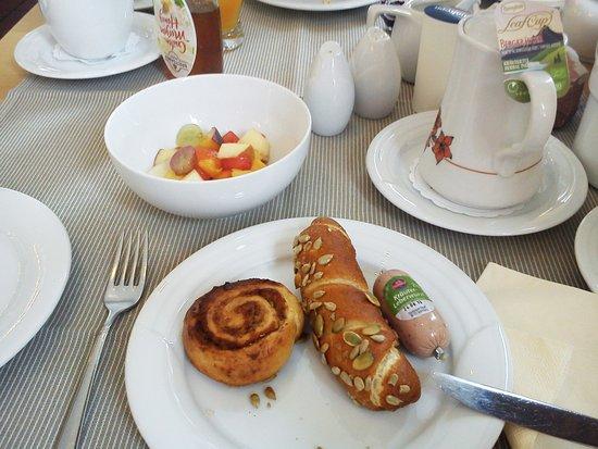 Jagd Hotel Rose: Frühstück mit selbstgemachten Brötchen.