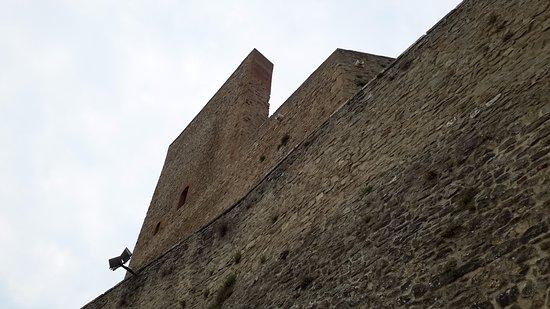Montefiore Conca, Italie : La parete sud, costruita per aumentare l'imponenza, ma praticamente vuota al suo interno