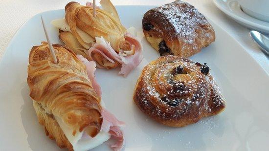 Doria Hotel : Petit déjeuner (croissants salés et viennoiseries délicieux)
