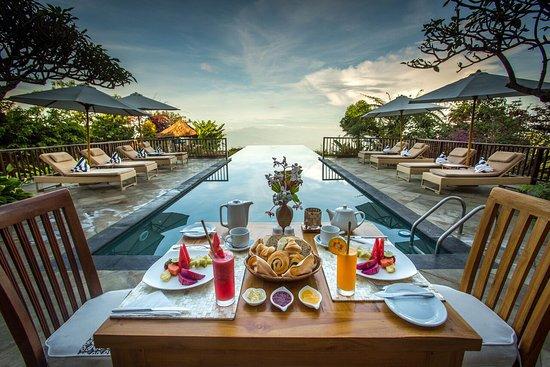 Munduk Moding Plantation: Breakfast by the pool at MiMPi Restaurant