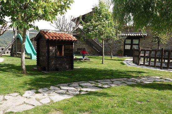 Borreda, สเปน: La casita tiene una cocina con mesa y sillas para jugar. Hay una zona para jugar con la arena ba