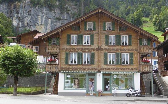 Lauterbrunnen Valley Waterfalls: Berner Oberländerhaus in Lauterbrunnen