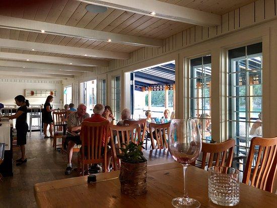 Halfmoon Bay, Canada: Spacious, simple dining room