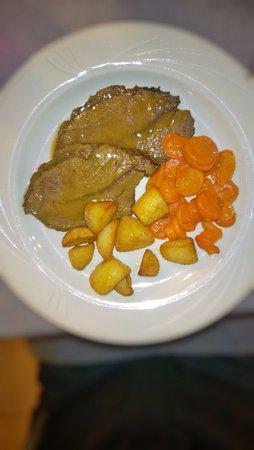 Trinita, อิตาลี: arrosto con patate e carote