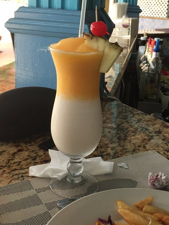 Bay Gardens Beach Resort: Drink at Pebbles Bar