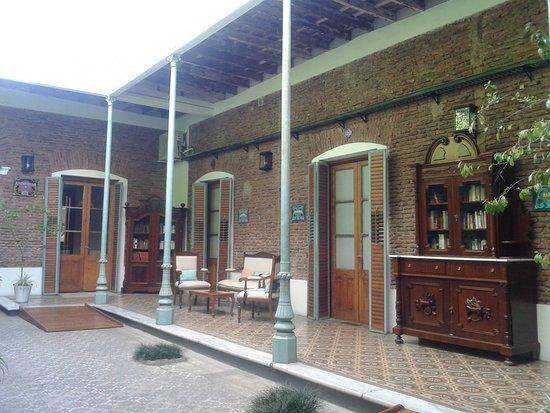 segundo patio inerno. Mueble con biblioteca al aire libre - Picture ...