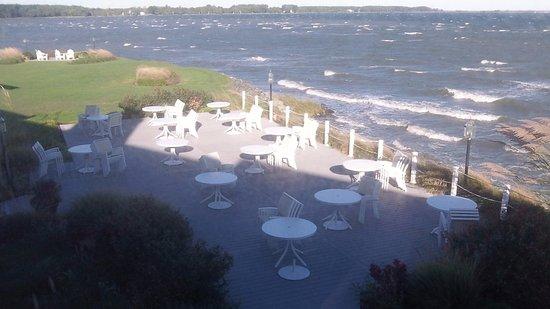 Harbourtowne Resort: Terrace Behind Guest Room Buildings