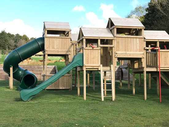 Kidwelly, UK: The grounds and children's play area surrounding Parc y Bocs Farm Shop.