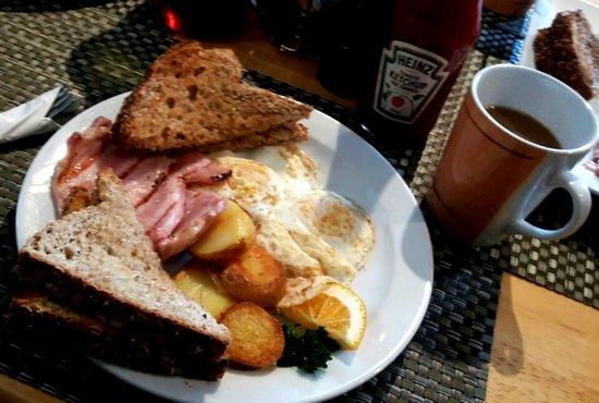 The Moose Cafe: Eggs, back bacon, potatoes and multigrain toast.
