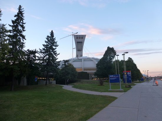 vista del estadio olimpico de Montreal junto al Montreal Botanic gardens