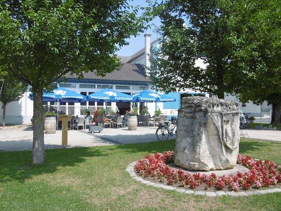 Illmitz, Austria: Schanigarten mit Blick über den Hauptplatz