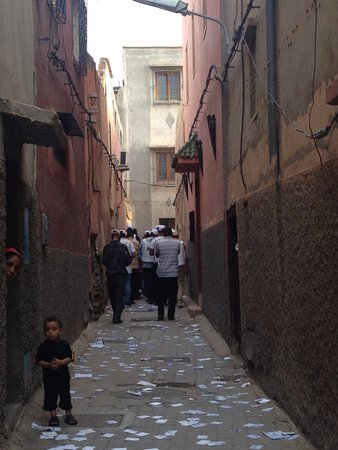 Riad Cherihane : This picture is the road in front of this accommodation,very dirty, full of trash.